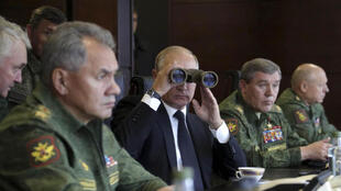 """""""Vladimir Putin continua suas provocações militares na Europa do Leste e anuncia novas e poderosas armas nucleares."""" Foto do 18/09/17 Vladimir Putin, em um campo de treinamento militar na região de Leningrado."""
