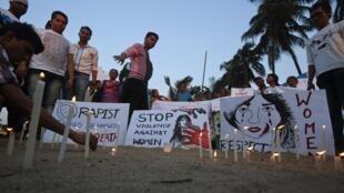 """Milhares manifestam-se na Índia em homenagem a jovem violada. Cartazes pedem """"Respeito as mulheres""""."""