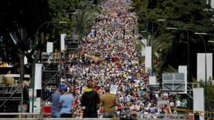 Milhares de pessoas saíram às ruas em protesto contra Nicolás Maduro, mas presidente também convocou manifestações de seus apoiadores.