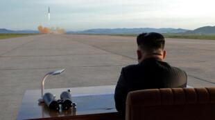 Ảnh của hãng thông tấn Bắc Triều Tiên KCNA cung cấp, ngày 16/09/2017, với lời chú : lãnh đạo Kim Jong Un xem bắn thử tên lửa Hwasong-12. Reuters không có phương tiện để thẩm định tính xác thực của bức ảnh.