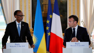 Rais wa Rwanda Paul Kagame (kushoto) na mwenyeji wake wa Ufaransa Emmanuel Macron (kulia) wakati wa mkutano na wanahabari Ikulu Elysée, mei 23 2018