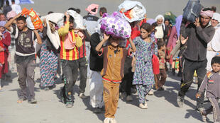 Un groupe de Yézidis fuit l'avancée des jihadistes dans le nord de l'Irak, le 13 août 2014.