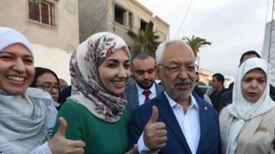 Le leader d'Ennahda, Rached Ghannouchi, avec des militantes de son parti en octobre 2014.