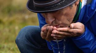 Le préfet indigène Yaku Pérez, buvant de l'eau à Quimsacocha le 2 septembre 2019, est contre l'installation des mines qui risquent de polluer les réserves d'eau.