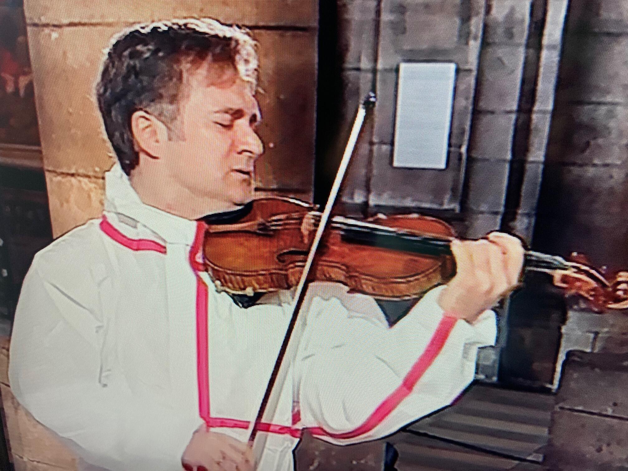 """Renaud Capuçon, célebre artista francês, toca na Sé Catedral de Paris """"Notre Dame"""" a 10 de Abril de 2020."""