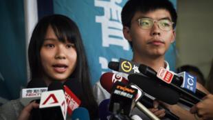 Les deux activistes pro-démocratie Agnes Chow et Joshua Wong lors de leur conférence de presse après leur arrestation ce vendredi 30 août 2019.
