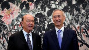 Bộ trưởng Thương Mại Mỹ Wilbur Ross (T) và phó thủ tướng Trung Quốc Lưu Hạc, tại Bắc Kinh, ngày 03/06/2018.