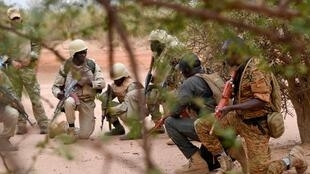 Des militaires burkinabè lors d'un entrainement pour combattre le terrorisme dans l'est du pays le 13 avril 2018. AFP PHOTO/ISSOUF SANOGO