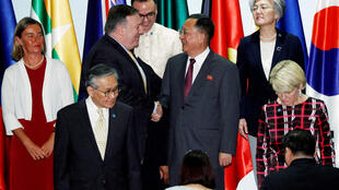 Ngoại trưởng Mỹ Mike Pompeo (T) và đồng nhiệm Bắc Triều Tiên Ri Yong Ho (P) chụp ảnh chung với các đồng nhiệm tại Diễn đàn An ninh Khu vực ASEAN, tổ chức ở Singapore, ngày 04/08/2018.