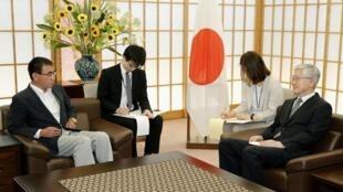 Ngoại trưởng Nhật Taro Kono (trái) tiếp đại sứ Hàn Quốc tại Tokyo, Nam Gwan Pyo để giải quyết căng thẳng Nhật -Hàn. Ảnh ngày 19/07/2019.