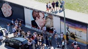 Graffiti représentant l'ancien dirigeant soviétique Leonid Brejnev embrassant son homologue est-allemand Erich Honecker le long de la East Side Gallery, la plus grande partie restante de l'ancien mur de Berlin, à Berlin, en Allemagne, le 23 août 2019.