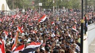 Des milliers de manifestants se sont rassemblés devant la «zone verte» à Bagdad, le 26 avril 2016, à l'appel du responsable chiite Moqtada al-Sadr.