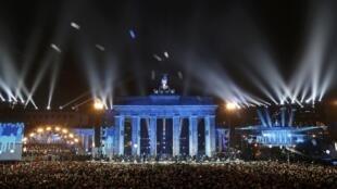 Những quả bóng được thả lên trời tại cổng Brandenburg lịch sử ở Berlin ngày 09/11/2014 trong lễ kỷ niệm 25 Bức tường Berlin sụp đổ.