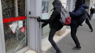 """Black blocs atacam agência bancária durante 18° ato dos """"coletes amarelos"""", em Paris."""