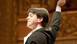 El director de orquesta Mariano Chiacchiarini en concierto