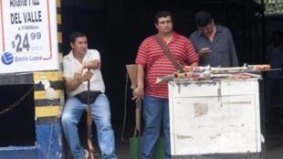 Dueños de tiendas armados, en Tucumán, este 10 de diciembre de 2013.