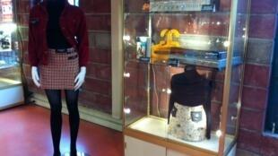A primeira minissaia da história, criada por Mary Quant (à esq.), e na vitrine, sua minissaia de casca de árvore.