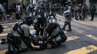 香港警员在市中心封锁街道前试图制服一名抗议者                         2019年11月14日
