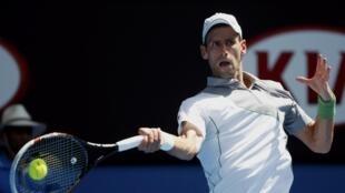 O sérvio Novak Djokovic começou bem a busca pelo seu quinto título do Aberto da Austrália.