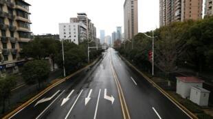 Một đại lộ chính ở thành phố Vũ Hán, không một bóng người, sau khi chính quyền thành phố cấm mọi phương tiện giảo thông không phải trọng yếu. Ảnh chụp ngày 26/01/2020.