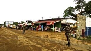 Soldados liberianos vigiam posto de controle em operação para tentar conter a transmissão do vírus ebola no país, o mais afetado pela epidemia que atinge o oeste da África.