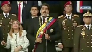 Shugaban Venezuela Nicolas Maduro, yayin karbar faretin soji a birnin Caracas, a lokacin da bama-bamai suka tarwatse a kusa.