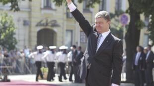 O novo presidente ucraniano, Petro Porochenko, toma posse em Kiev.