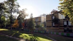 Situé à la lisière du Bois de Boulogne, le centre d'hébergement des SDF doit accueillir à terme 200 personnes.