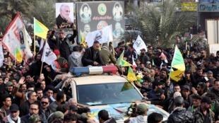 Người dân Irak dự đám tang tướng Iran Qassem Soleimani và chỉ huy dân quân cấp cao Irak Abu Mahdi al-Muhandis, thiệt mạng trong cuộc không kích của Mỹ tại sân bay Bagdad. Ảnh chụp ngày 04/01/2020.