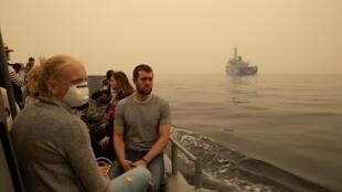 Des évacués transportés en chaloupes de débarquement vers les navires militaires à Mallacoota, le 3 janvier 2020.