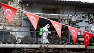 Un agent sanitaire désinfecte le Grand Bazar d'Istanbul en pleine pandémie de coronovirus le 25 mars 2020.