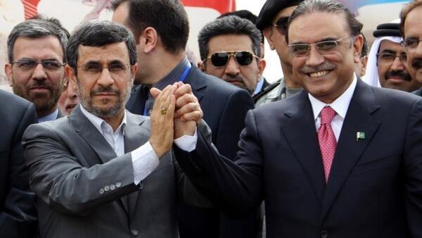 Le président iranien Mahmoud Ahmadinejad et le président pakistanais Asif Ali Zardari se félicitent du lancement des travaux côté pakistanais du gazoduc, le 11 mars 2013.