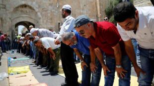 Fiéis muçulmanos  oram na esplanada das Mesquitas em Jerusalém para  protestar contra a instalação de detectores de metais à entrada da zona histórica. 17 de Julho de 2017 .
