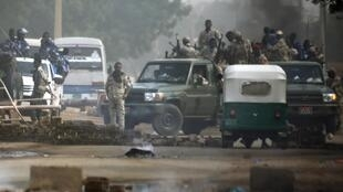 Forças militares reprimem concentração com violência em Cartum, Sudão.