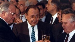 Hans-Dietrich Genscher (c) aux côtés d'Helmut Kohl, l'ancien chancelier allemand (g) et de Mikhaïl Gorbachev, l'ancien président de l'Union Soviétique (d), en novembre 1990.