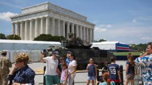 «La Maison Blanche promet les plus grandes festivités du 4 juillet de l'histoire». Ici, un véhicule de combat Bradley exposé, pour l'occasion, devant le Lincoln memorial, le 3 juillet 2019.