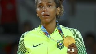 Rafaela Silva com sua medalha de ouro.