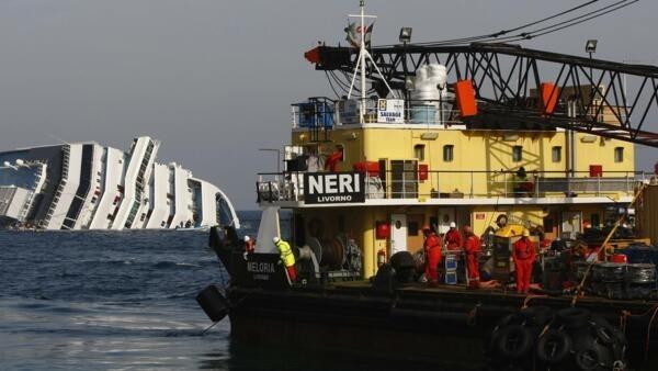 Uma mancha de óleo no mar foi vista hoje entre o navio e a plataforma de bombeamento de combustível.