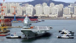 存档图片:中国辽宁号航空母舰 Image d'arhive: China's first domestically developed aircraft carrier with aircraft on its deck, departs the port for its fourth sea trial in Dalian, Liaoning province, China December 27, 2018.