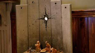 L'oeuvre intitulée « La cicatrice de Bethléem » de Banksy est présentée dans les Territoires palestiniens à Bethléem.