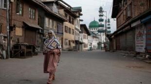 Une femme dans une rue déserte du quartier d'Anchar, à Srinagar, le 20 septembre 2019, lors de restrictions suite à la suppression du statut constitutionnel spécial du Cachemire par le gouvernement indien.