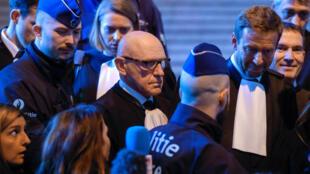 O advogado de Carles Puigdemont, Paul Bekaert, realiza pronunciamento no Tribunal de Bruxelas, em 17 de novembro de 2017.