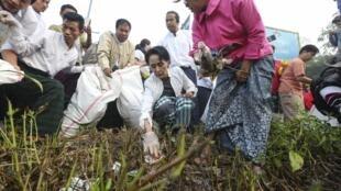 Ngày 13/12, cùng với các thành viên của Liên đoàn Quốc gia vì Dân chủ và một số tình nguyện viên, nữ Thủ tướng tương lai đã nhặt rác tại khu vực Kawhmu.