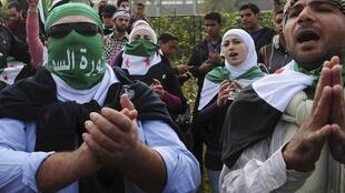 Syrian demonstrators in Cairos chant anti-Syria slogans as Arab League discusses Syria