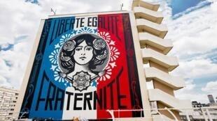 Obra do street artist americano Obey, dentro do percurso proposto pela Galeria Itinerrance, no 13° distrito de Paris.