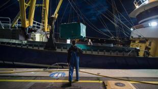 Голландский траулер в Северном море, оснащенный для электролова. 4 августа 2017.