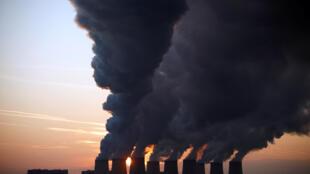 Torres de resfriamento de uma usina termoelétrica alemã a carvão, um combustível fóssil nocivo para a atmosfera.