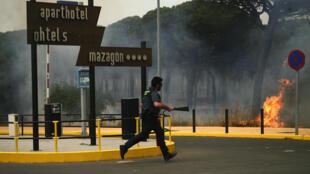 Na Espanha, os bombeiros trabalham sem trégua contra o incêndio que atinge o parque natural de Doñana, na Andaluzia.