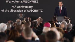 O primeiro-ministro polonês Mateusz Morawiecki fala durante um evento de comemoração no antigo campo de concentração e extermínio nazista alemão Auschwitz II-Birkenau, durante as cerimônias de comemoração do 74º aniversário da libertação do campo e do Dia