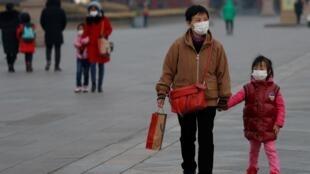 疫情中中國街頭行人資料圖片